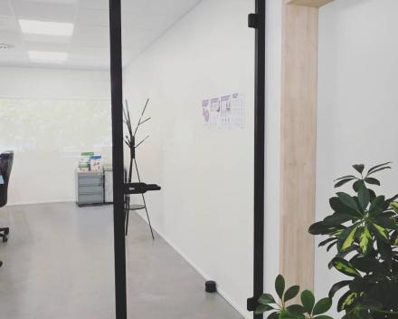Glazen wand in de bureauruimte
