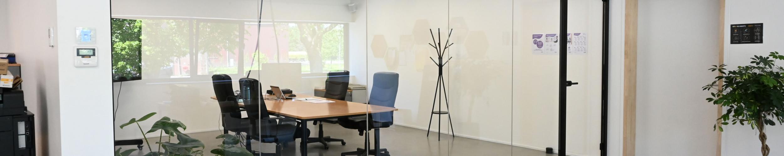 Glasconstrukt zorgde voor een glazen wand in de bureauruimte